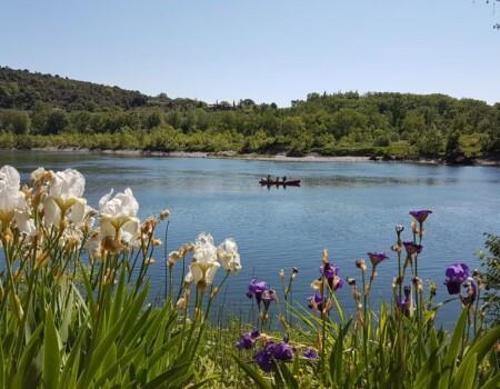 Rivière et canoë longeant le camping